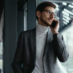 retrato exitoso hombre negocios hablando telefono inteligente 158595 5374@3x